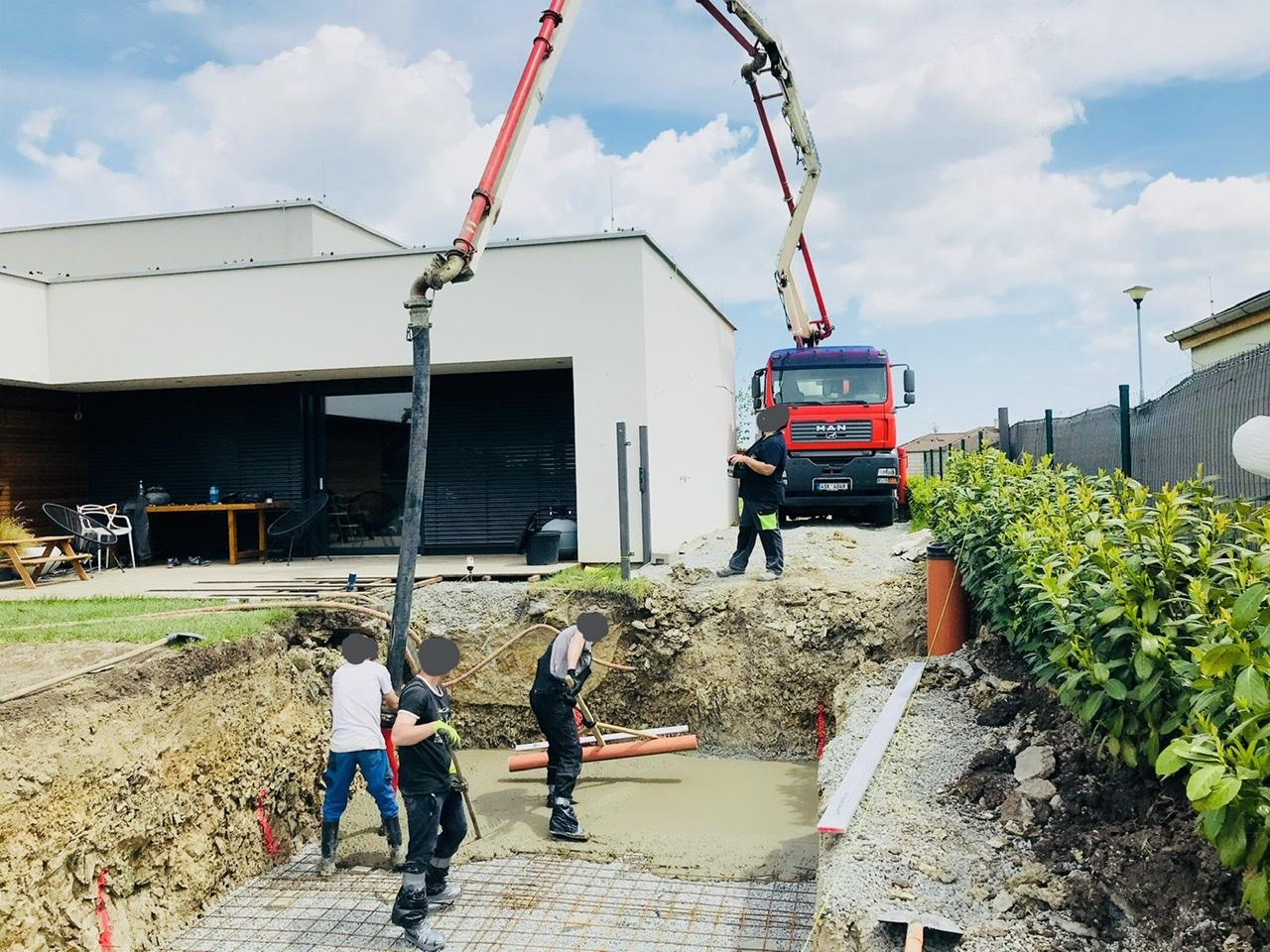 Naše L-ko - 2021 - stále dokončujeme - Deň 5. - dorazila betonpumpa a betonuje sa základová doska bazéna