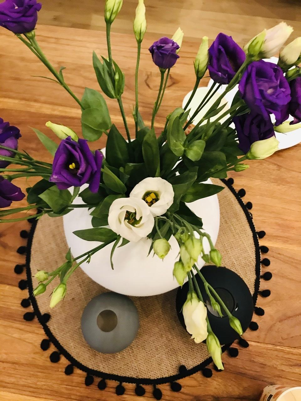 Naše L-ko - 2021 - stále dokončujeme - Krásnú nedeľu prajem - vo vázičke Eustoma. Ktorá  pripomína ružičky ale ružičkou neni.