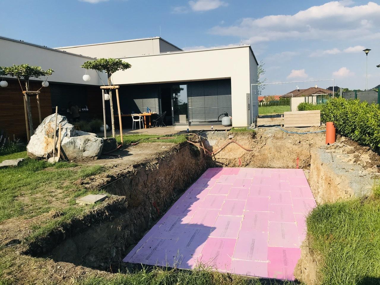 Naše L-ko - 2021 - stále dokončujeme - 6. deň - dokončené prípravné práce, další deň čakáme žeriav a dovezú škrupinku bazéna