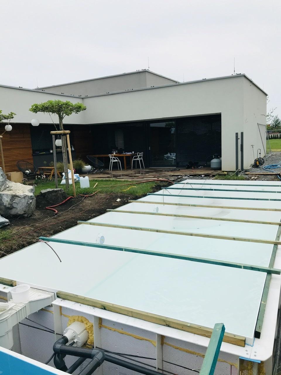 Naše L-ko - 2021 - stále dokončujeme - 7 deň - bazén v zemi a všade ako na bojisku... čaká sa na betonáž okolia.