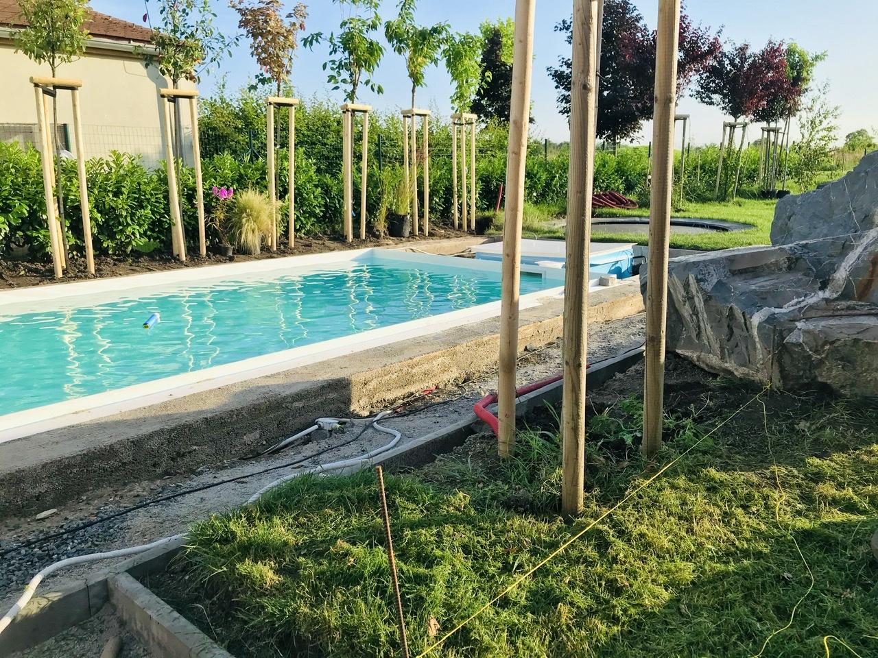 Naše L-ko - 2021 - stále dokončujeme - začínam odstraňovať travný drn okolo buduceho dreveného chodníčka u bazéna, kde príde výsadba tráv ku bazénu.