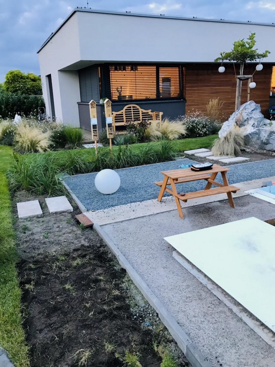 Naše L-ko - 2021 - stále dokončujeme - Zadná časť bazéna - odstraňujem posledné časti trávnika v okolí bazéna pre dokončenie záhona - pokračovať tu bude rovnaký typ okrasnej trávy ako na rohu... náhodne sa do nich doplní hlavne okolo nášlapov ružová kyprej... Trávy budu tvorit zátišie  a prekrývat z isteho uhla zastrešenie bazéna.