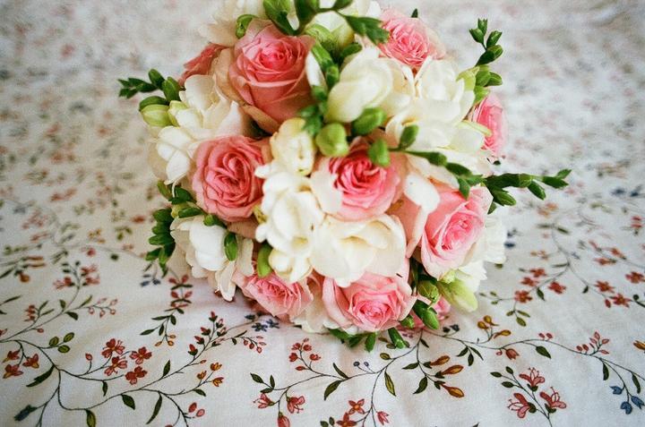 I{{_AND_}}M - Moje zadáni floristce: chtěla bych hezkou kytku. Světlé růžičky jsou fajn a taky třeba frézie mám ráda. Nic víc jsem jí neřekla, nechala jsem to na ní. Tohle je výsledek.