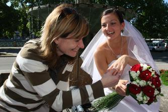 mladá paní okukuje prsten nové mladé paní/ looks good