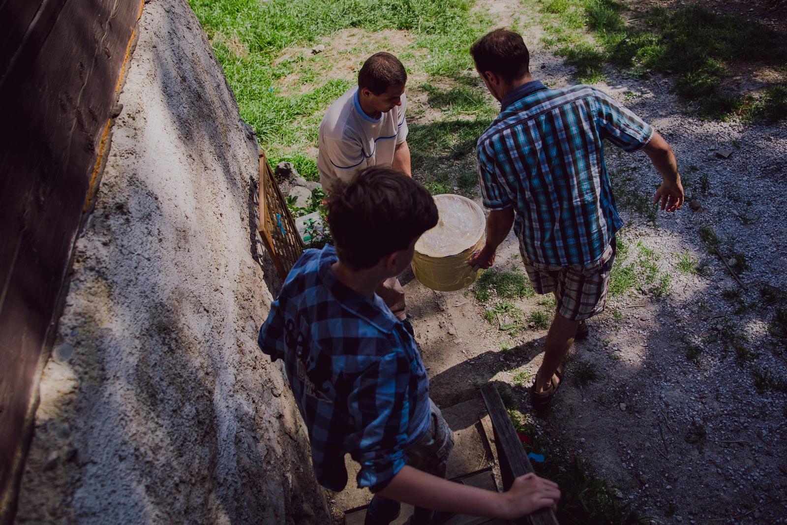 Nika{{_AND_}}Stanko - prenášanie polievky z drevenice do drevenice :)