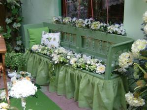 Kvetiny na lavici budu na hlavnom stole.