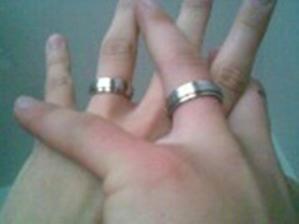 Taketo prstene sme si kupili a dali vyryť náš dátum spoločného chodenia. Aby sme si ho zapamätali nechali sme to na 1. novembra 2006