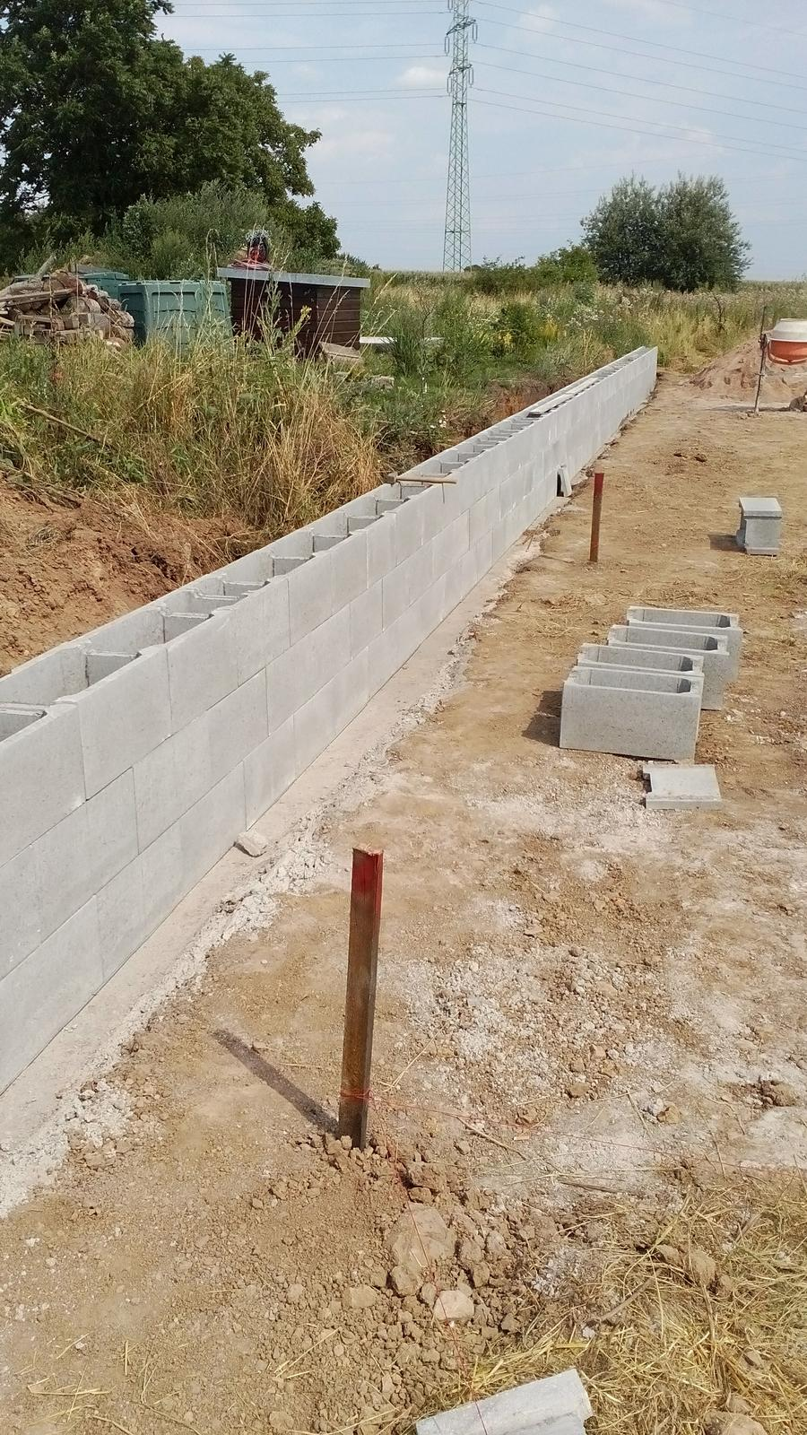 Stavba v kostce - soused má pozemek výš,tak jednou pro vždy vyřešeno.Těžko by jsme se tam technikou pak dostávali