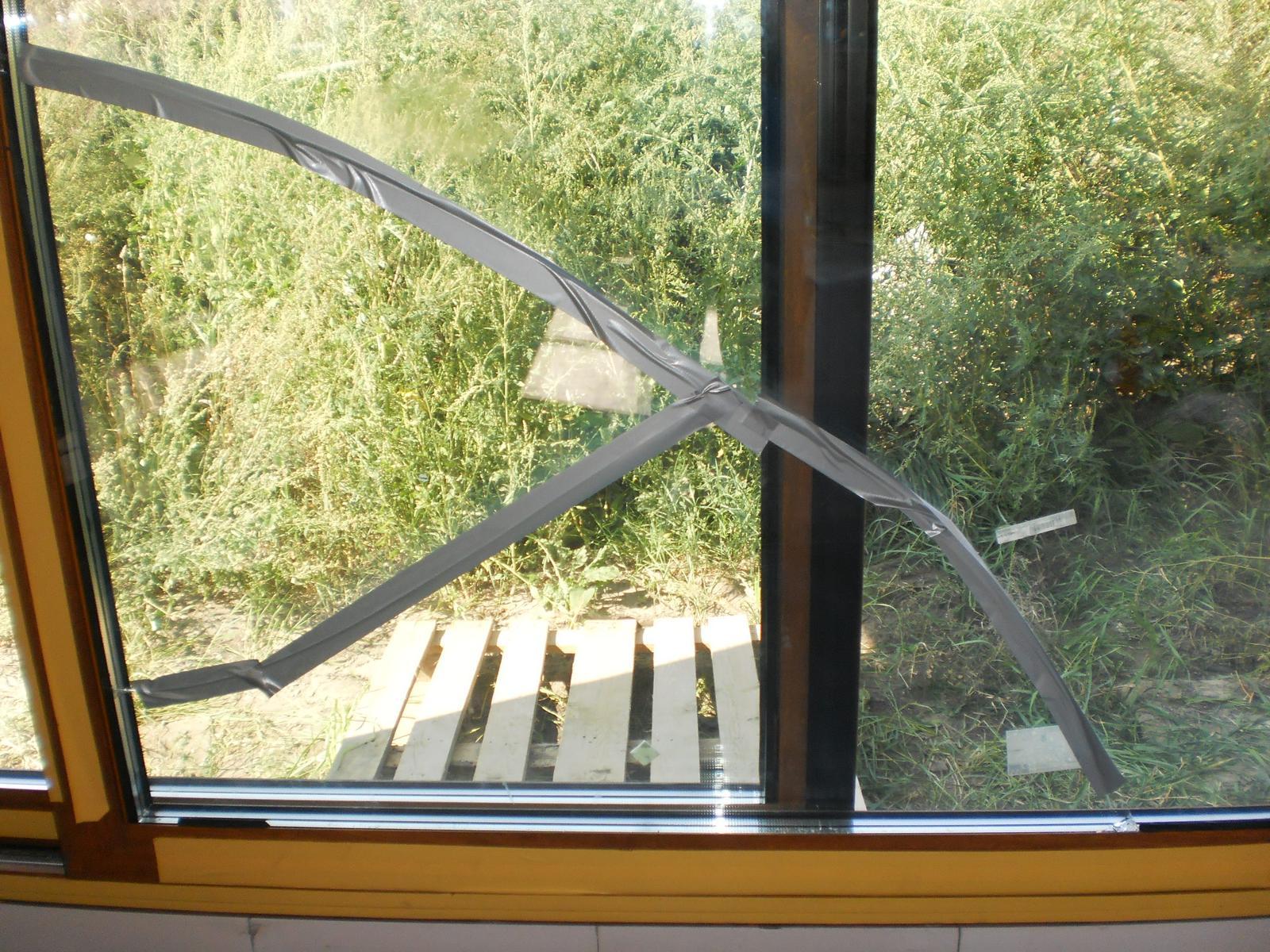 """Terasa k domu - Pri osadení okna sa oknárom bohužiaľ """"podarilo"""" rozbiť sklo. V rámci reklamácie bolo vymenené, ale až po 3 mesiacoch."""