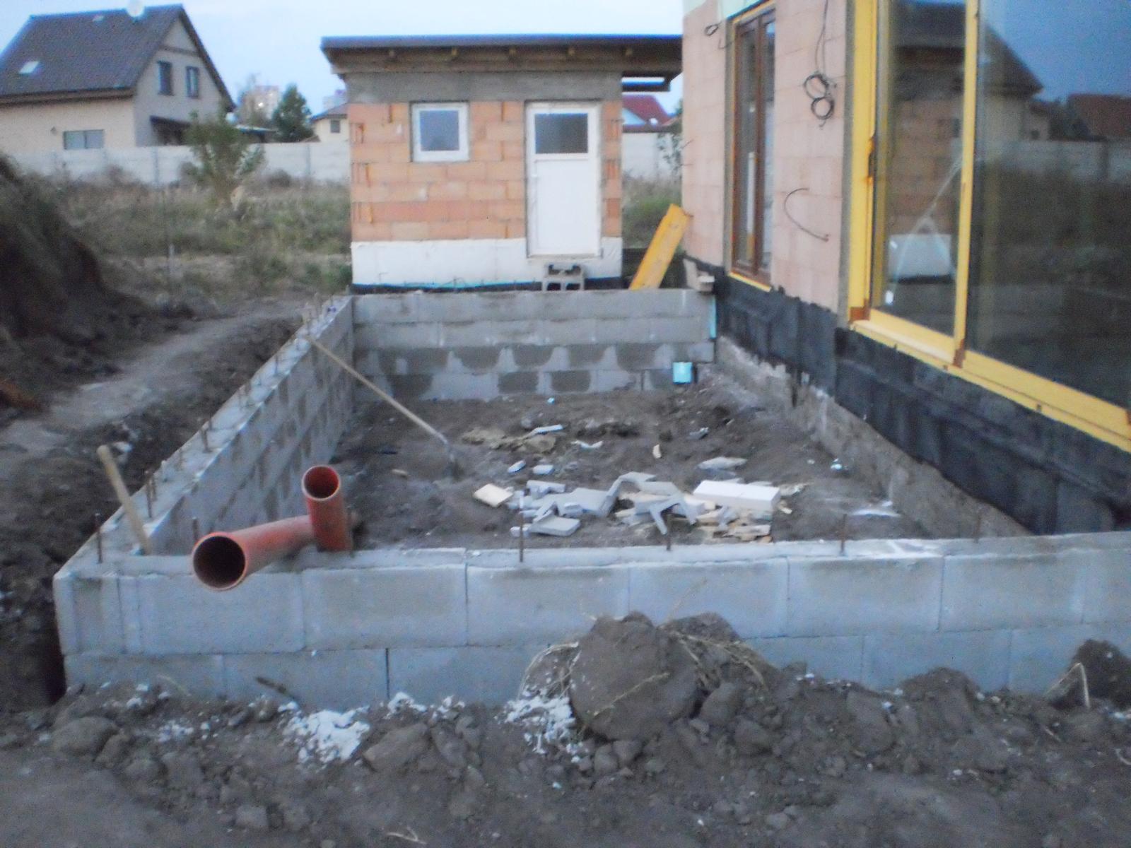 Terasa k domu - DTčka sa vyliali betónom. Pod terasu som uložil potrubie, ktoré bude odvádzať vodu z odkvapov do vsakovacej jamy.