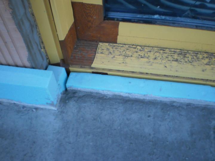 Medzi betónovú platňu a stenu domu sa vložil ako izolácia 5 cm styrodur.