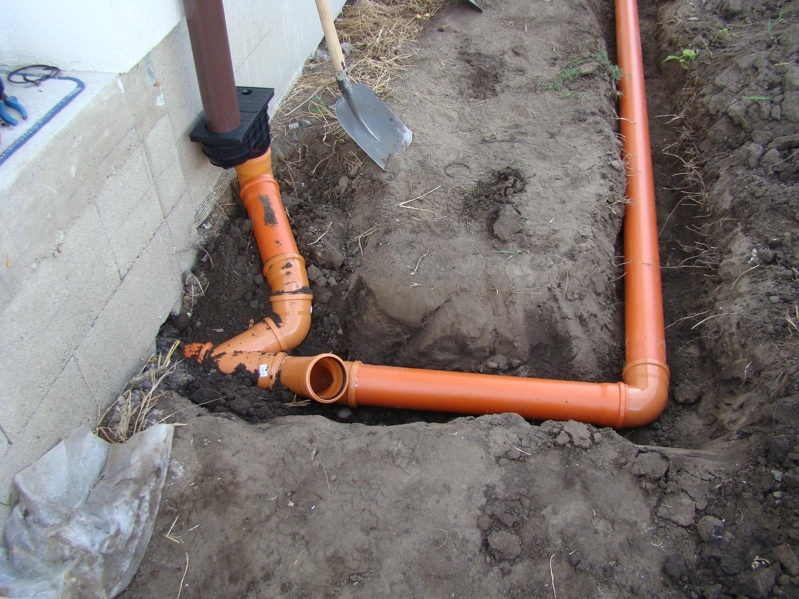 Terasa k domu - Uložili sa potrubia na odvod dažďovej vody a napojili na potrubie pod terasou.