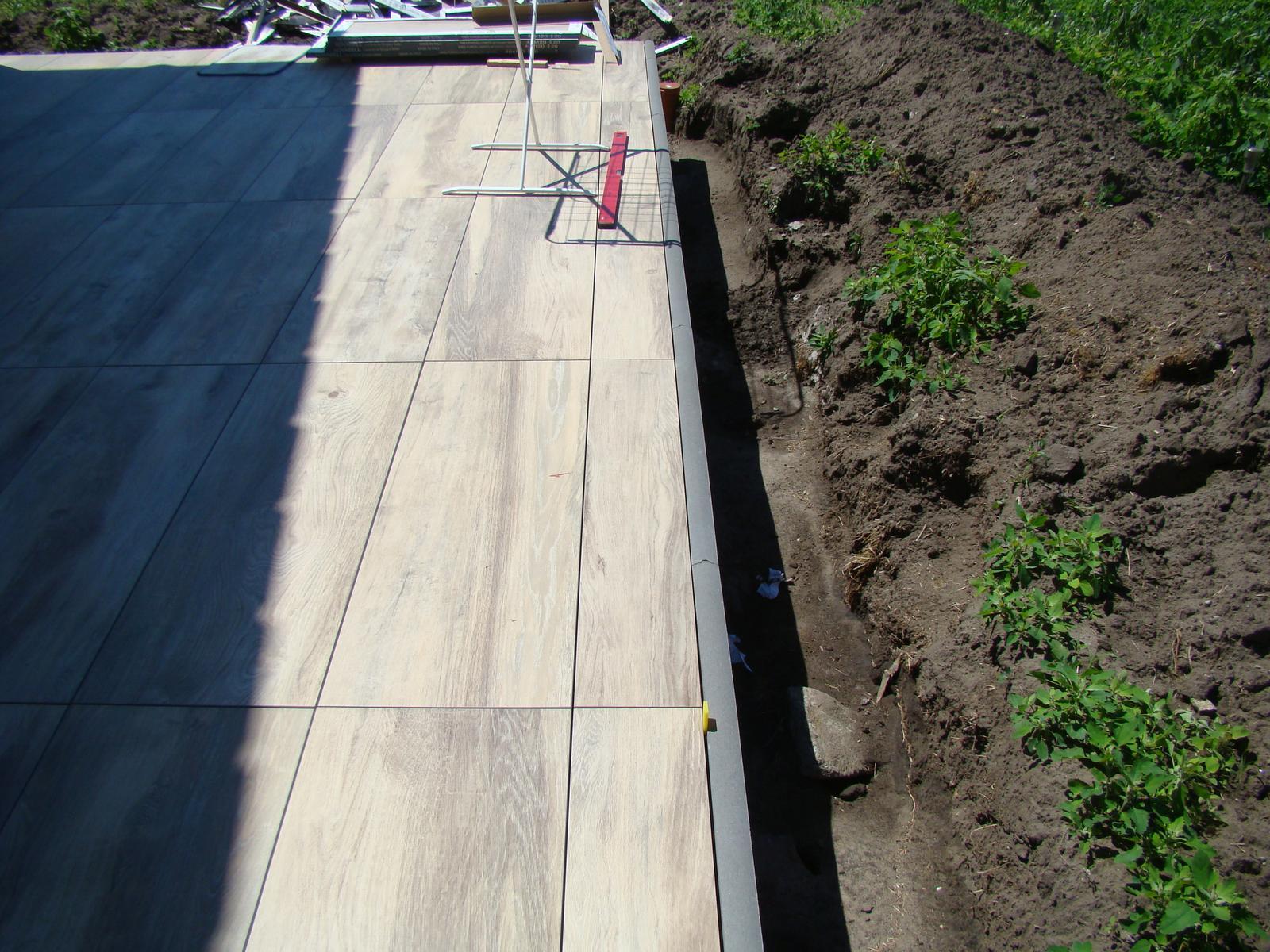 Terasa k domu - Medzere medzi dlažbami sa nešpárujú. Tam je priestor, aby odtiekla voda pod dlažbu a po betóne preč z terasy.