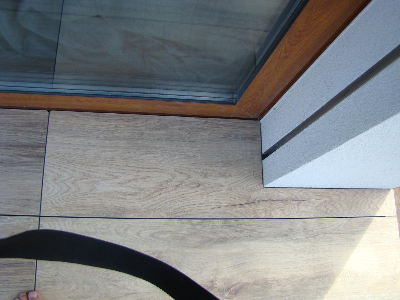 Terasa k domu - Pri dverách a stene sa to presne vyrezalo a je tam medzera 3 mm, ako všade inde.