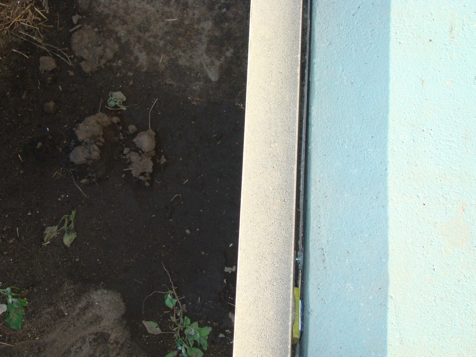 Terasa k domu - Medzi platňou a obrubníkom som nechal medzeru cca 5 mm, aby voda a prach mali kde odtekať.
