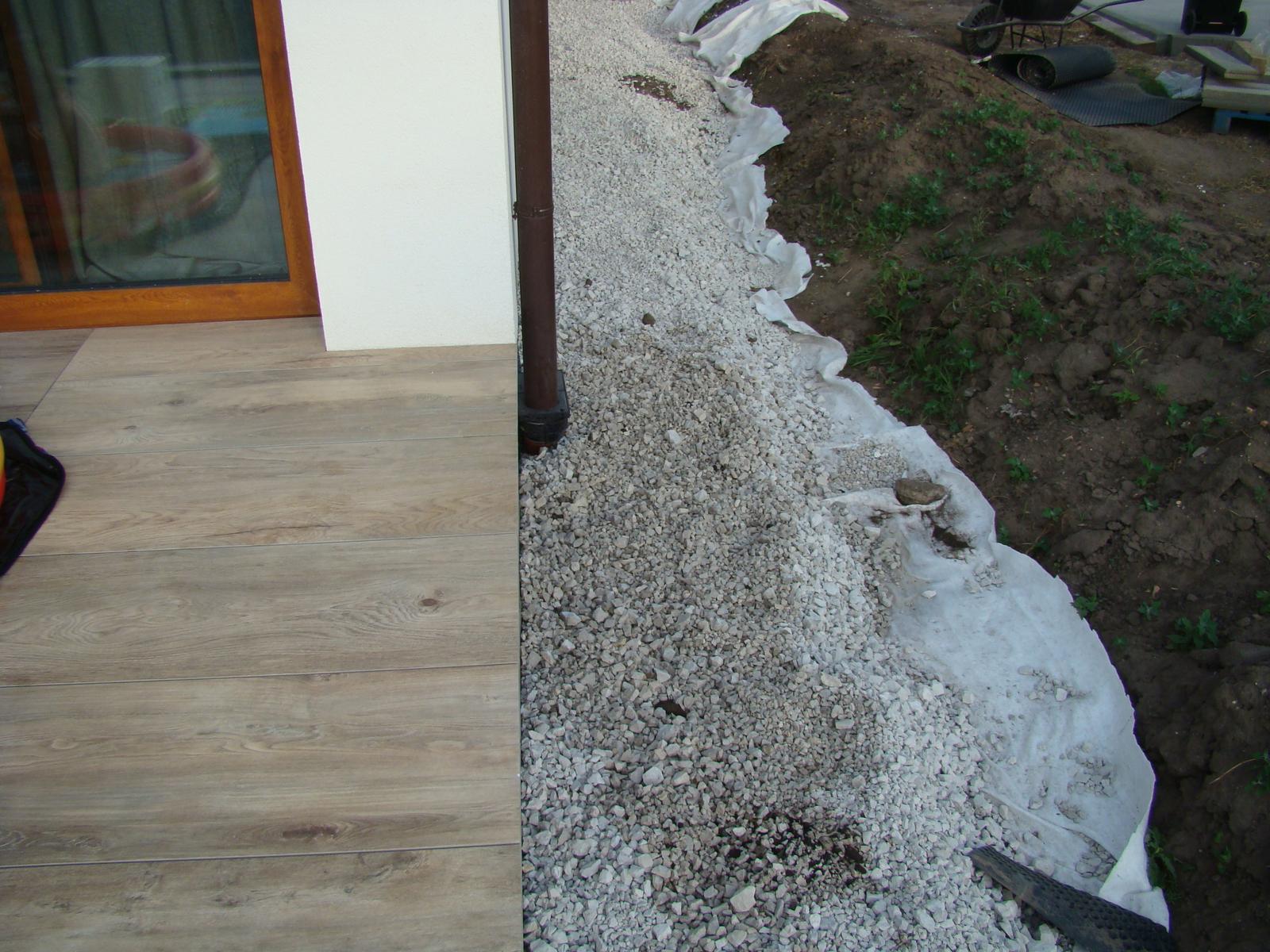 Terasa k domu - Zostáva už len dorobiť posledný okraj, ale ten sa bude robiť až keď sa vedľa položí zámková dlažba.