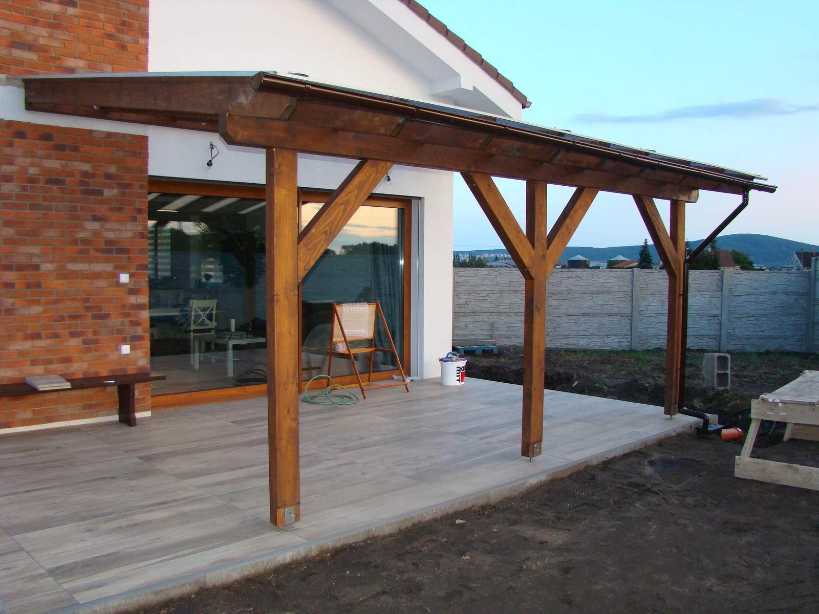 Terasa k domu - Nad terasou sa spravila strieška z drevenej konštrukcie prekrytá lexanom.