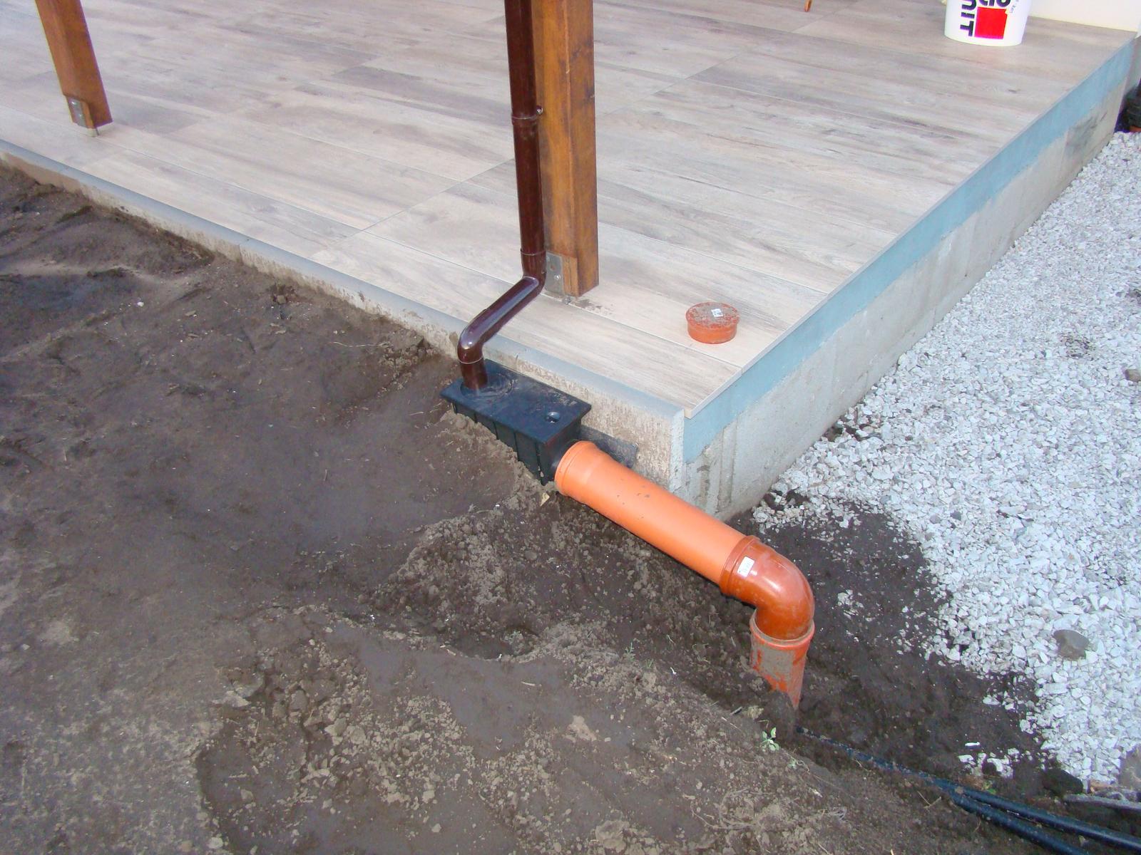 Terasa k domu - Detail napojenia dažďového zvodu do vsakovacej jamy a pätky konštrukcie.