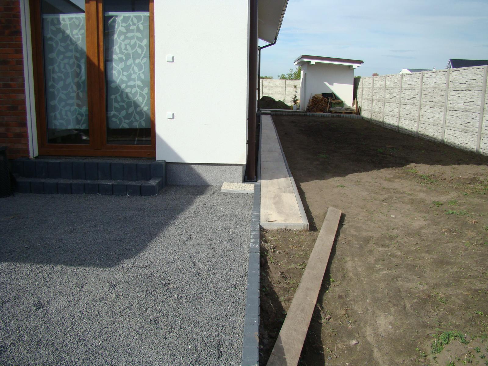 Terasa k domu - Prepojovací chodník hlavnej a zadnej terasy po položení dlažby. Dlažba na zadnej terase ešte nie je položená.