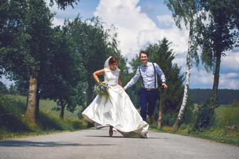 Běžíme vstříc manželství.