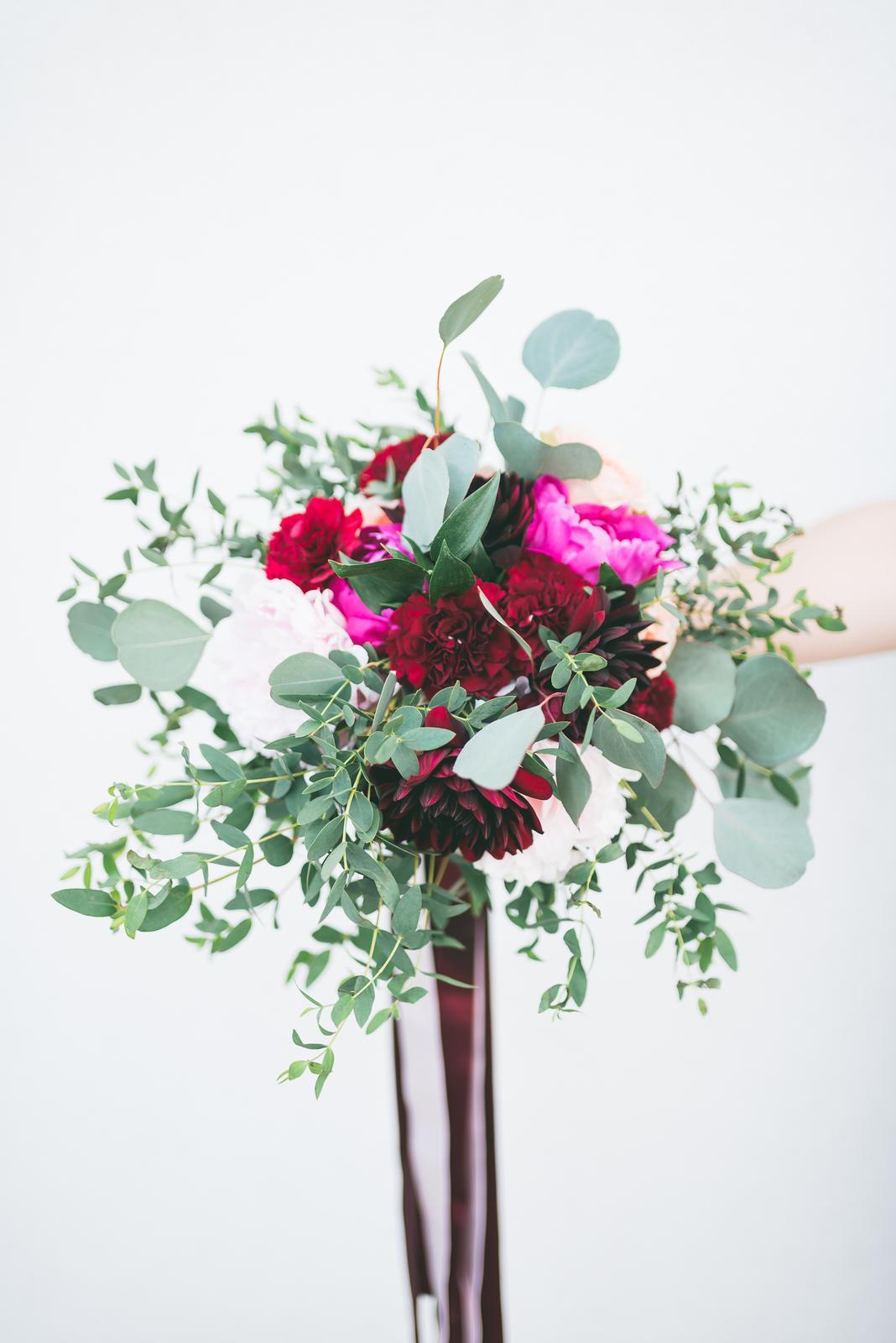 Svadobné kytice - Svadobná kytica - burgundy-ružová