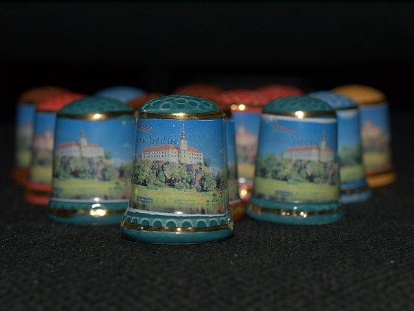 ORANŽOVÁ SVATBA - dáreček pro hosty je na něm zámek - místo kde se bude konat obřad