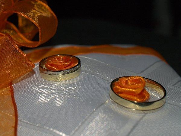 ORANŽOVÁ SVATBA - prstýnky na polštářku