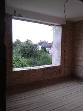 nově zvětšené okno v ložnici