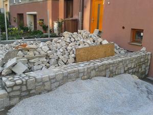 i prostor před domem, kostky jsou všude :-)