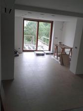 podlaha v kuchyni a obývací části položena