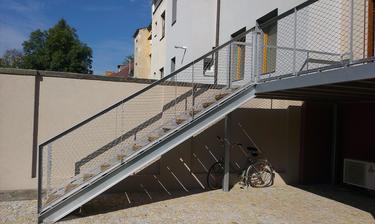 zasitovane schodiste z terasy na zahradu