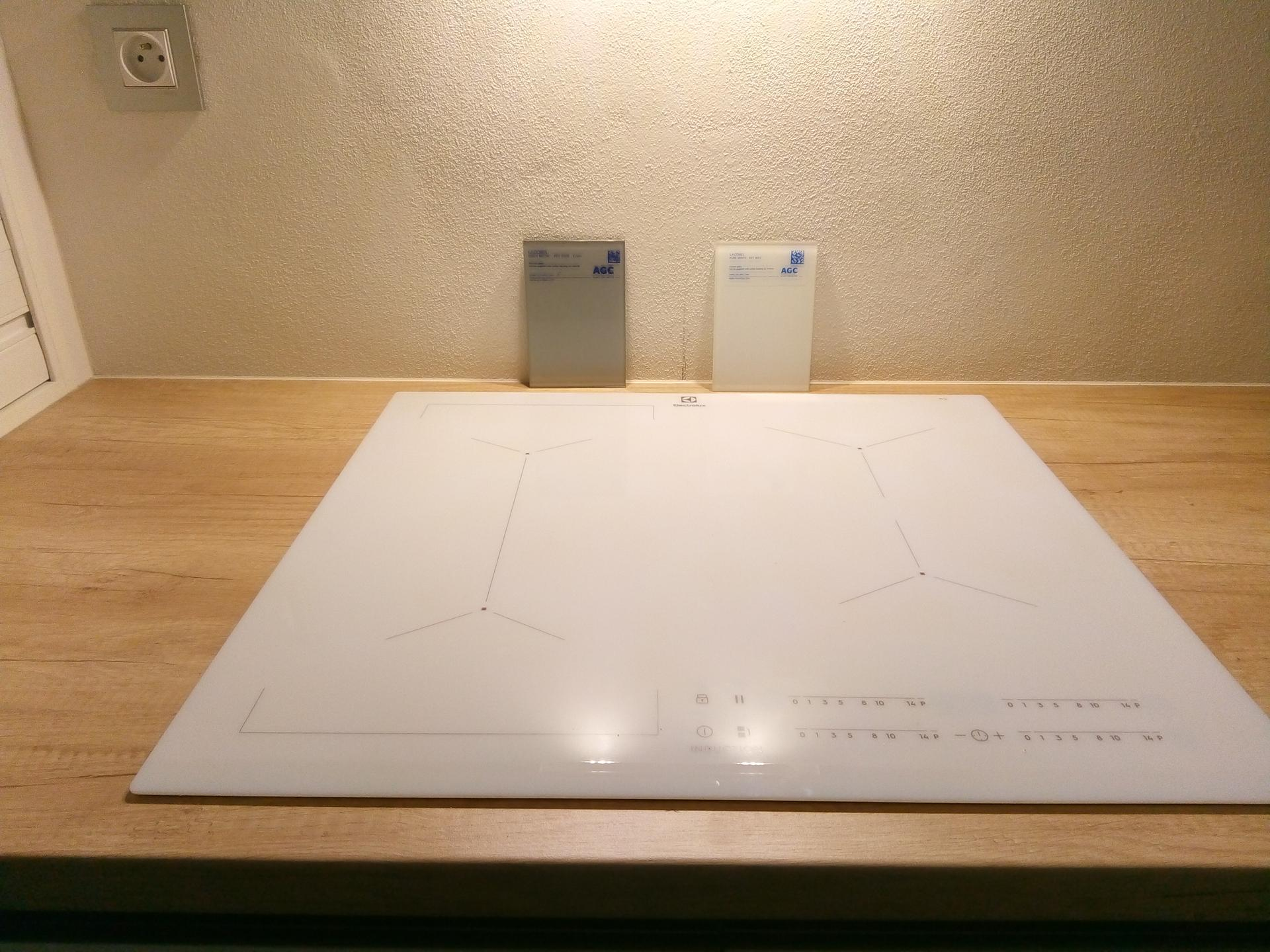 Ahoj holky, a je tu zase to rozhodování, které tak nesnáším. Vybíráme sklo za kuchyň. desku. První rozhodnutí padlo na světle šedou, je taková metalická, vcera večer jsem seděla v kuchyni a přemýšlela, že se mi tam líbí ta bílá, která nechá vyniknout tu pracovní desku. Co myslíte? - Obrázek č. 2