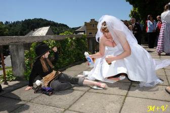 svatební úkoly - já ošetřuji postřelenou kovbojku