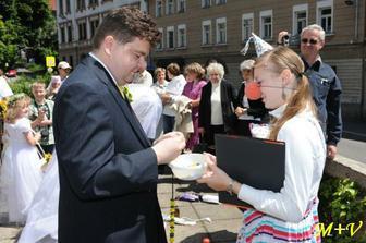 svatební úkoly - Vláďa trénuje navlékání korálku a jiné dětské hry
