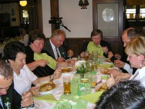 Pan fotograf měl velký hlad (v čele stolu)