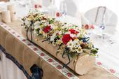 svadobný kvetinac a svietniky,