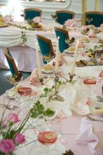nebo meruňkovo-lososová výzdoba stolů