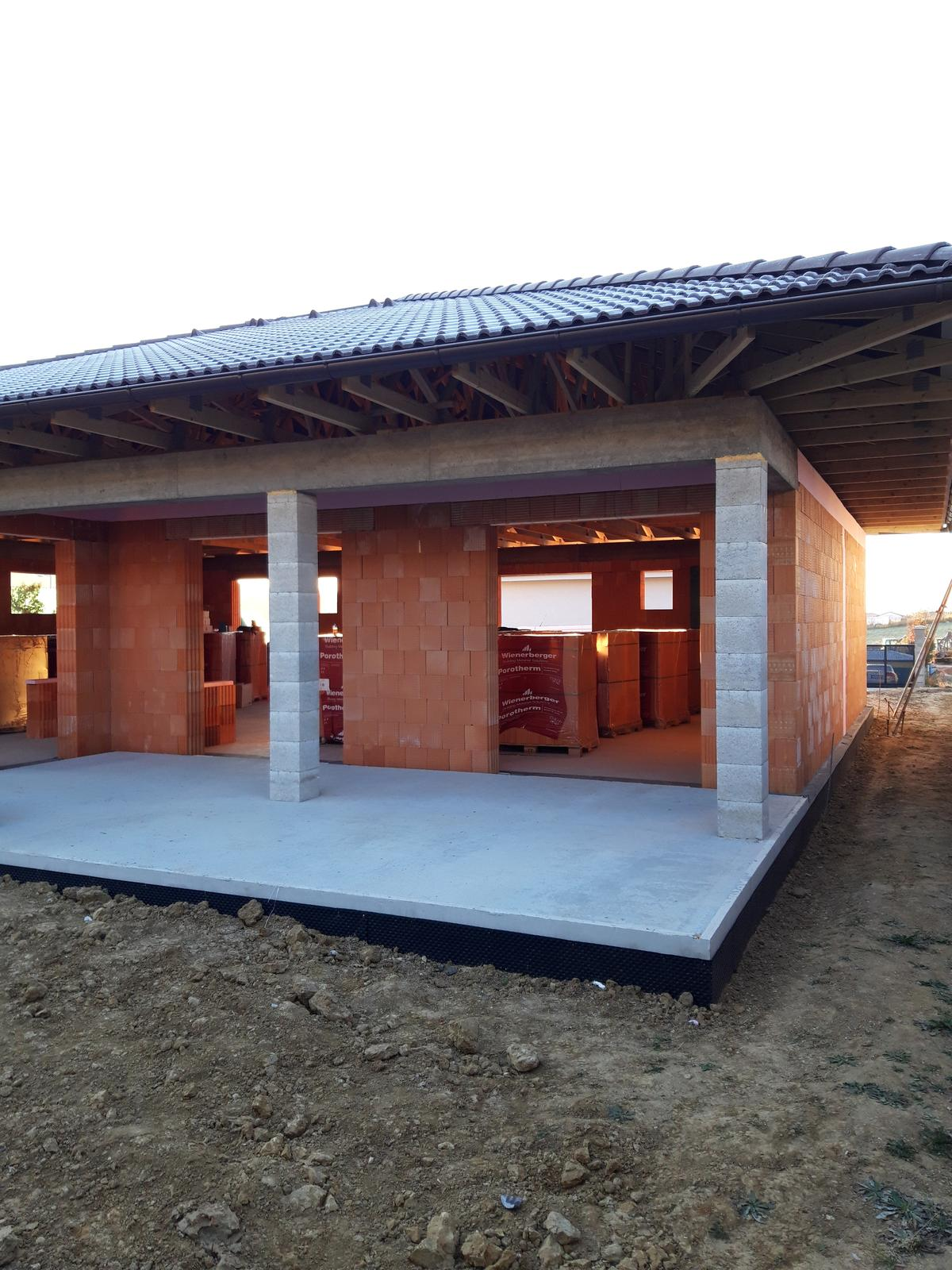 matusakrobert - Hrubú stavbu sme realizovali formou nacenených prác kde investor si zabezpečoval a hradil materíal sám.