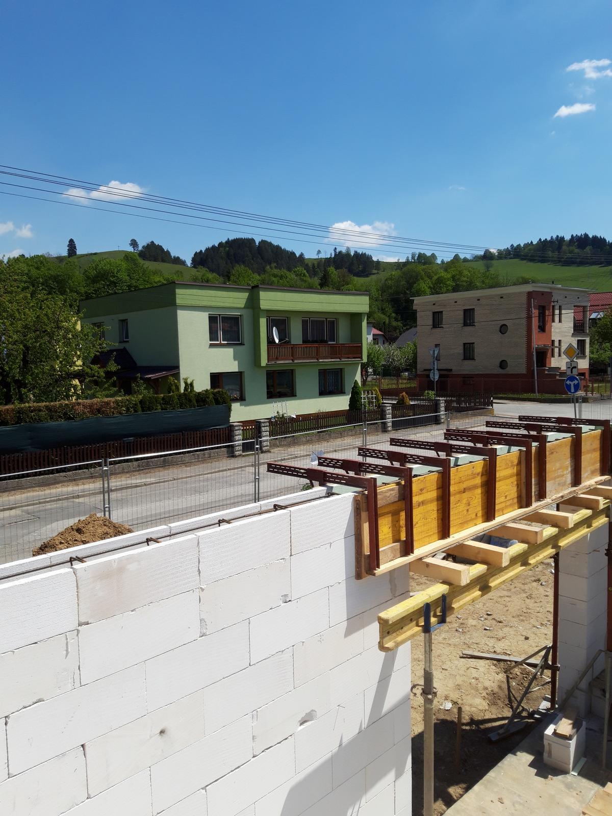 Šalovacie svorky + doka dosky - Realizácia vencov na radovej výstavbe v Mojši