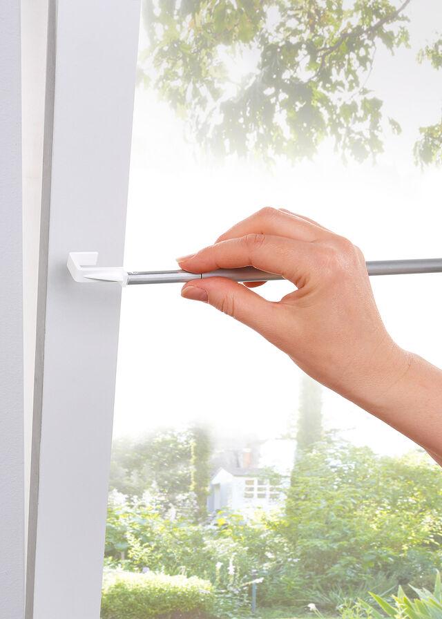 Ahojte strecháči. Máte niekto prosím tieto napínacie záclonové tyčky na vitrážkové záclonky? Poškodilo Vám to niekomu okno (tesnenie)? Ste s tým spokojní? Včera som to dávala na okno... Šlo to tam kvôli tesneniu trošku ťažšie a tá gumička na okne je taká stlačená... tak len či to tak je v poriadku alebo či to radšej odstrániť.. - Obrázok č. 1