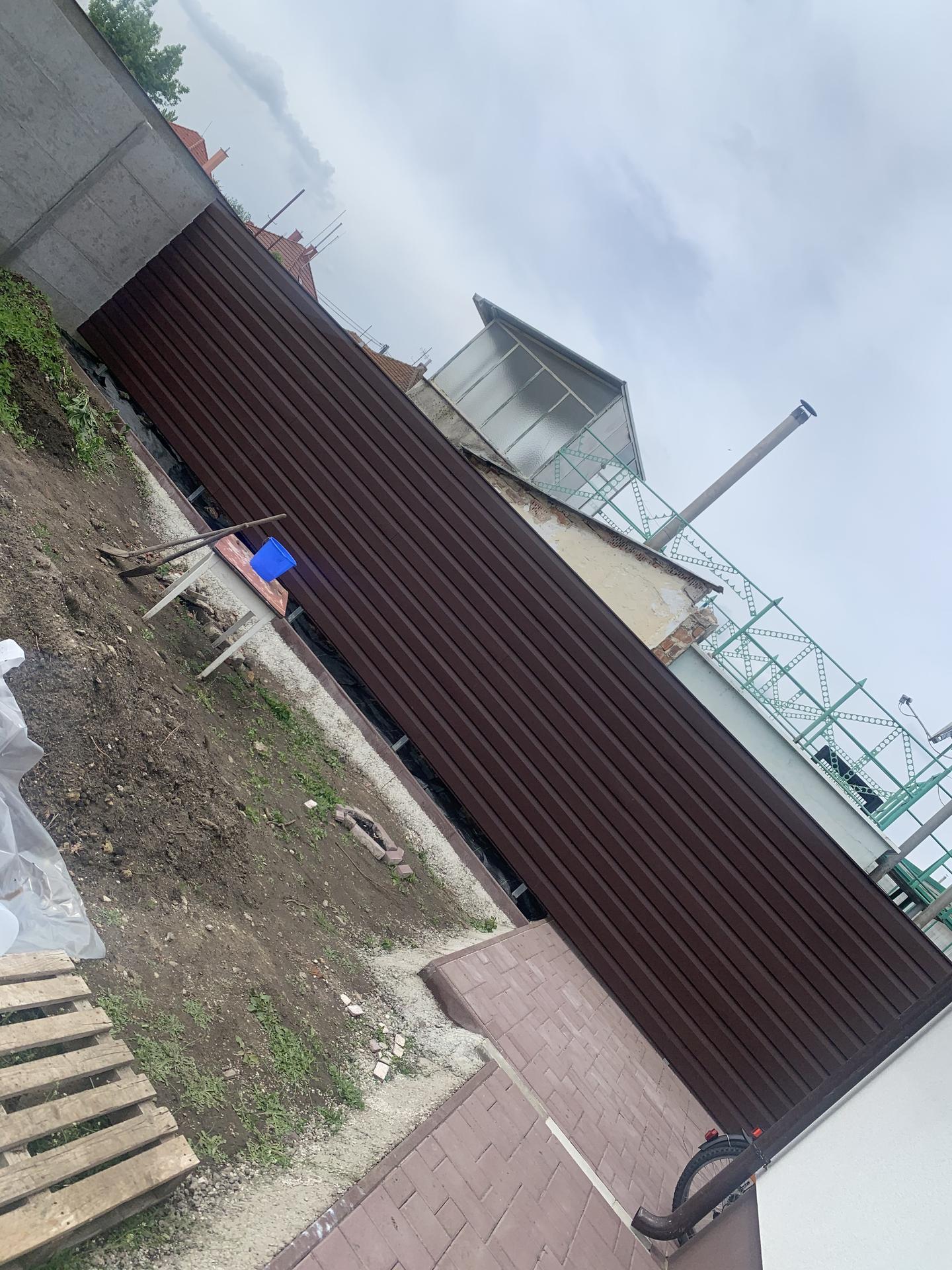 ♥️ Náš budúci domov ♥️ - huraaa konecne mame plot od suseda a nepozerame sa na tu osarpanu stenu :)
