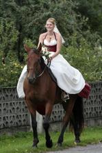 Odvážná nevěsta v podpadcích na koni :-)