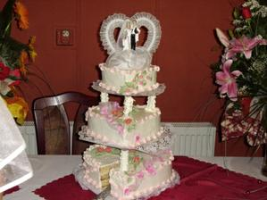 Svadobná torta to bolo prekvapenie od rodičov nemala som žiadnu vybranu nechala som to na nich a bola som strašne prekvapená veľmi sa mi páčila.