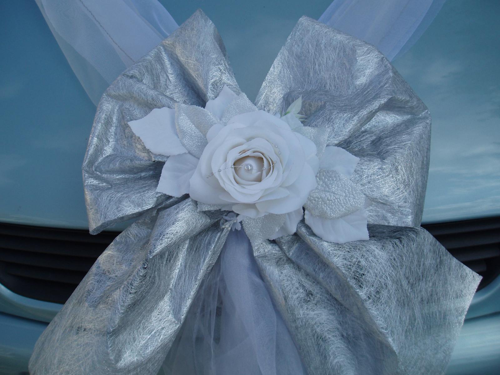 Bílo-stříbrné dekorace na auto - Obrázek č. 1