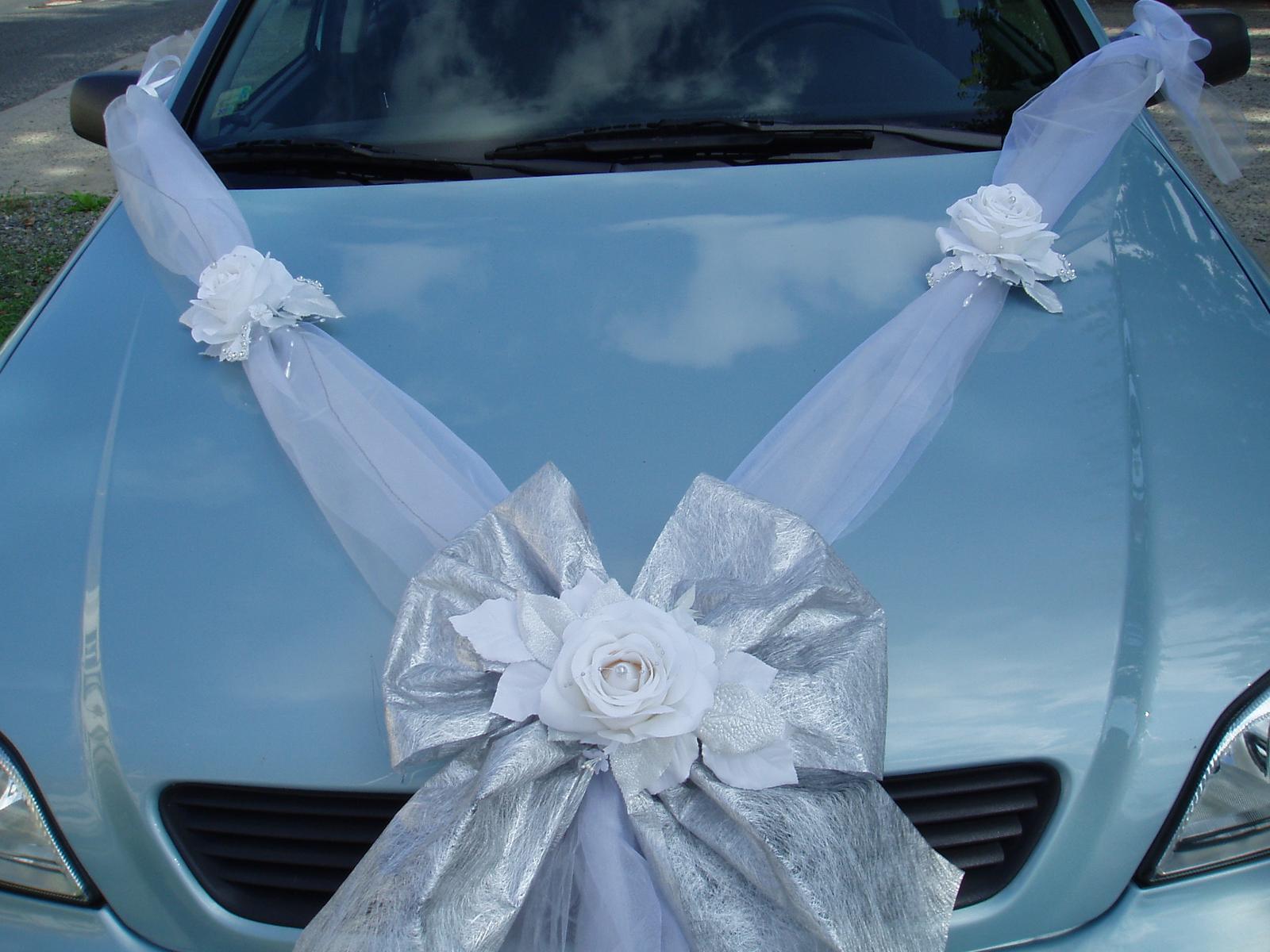 Bílo-stříbrné dekorace na auto - Obrázek č. 2