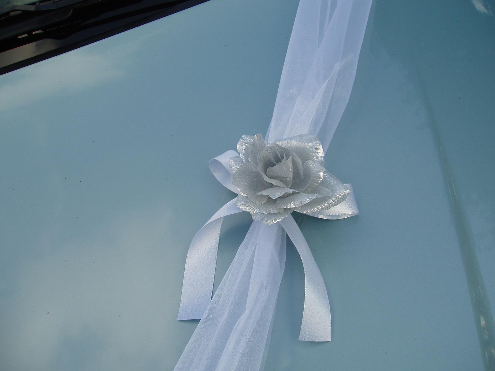 Bílo-stříbrné dekorace na auto - Obrázek č. 10