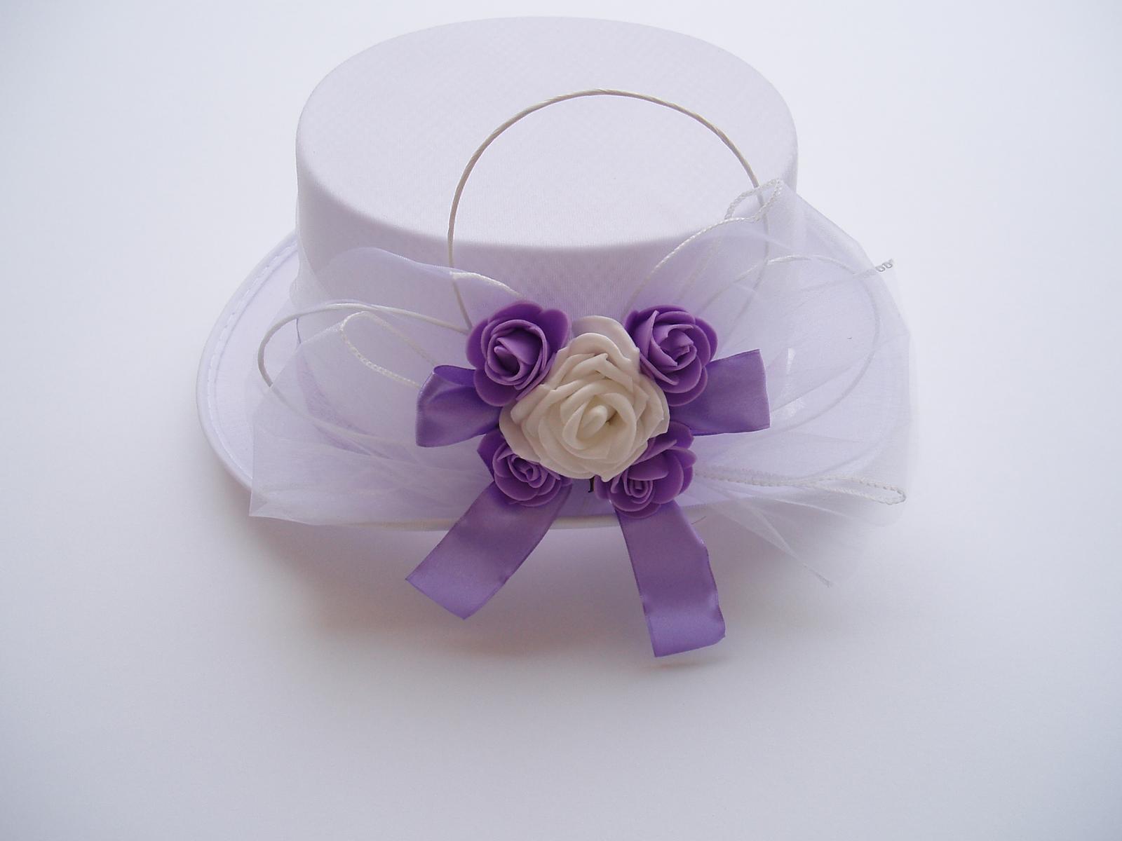 Svatební dekorace - bílý cylindr zdobený do lila barvy