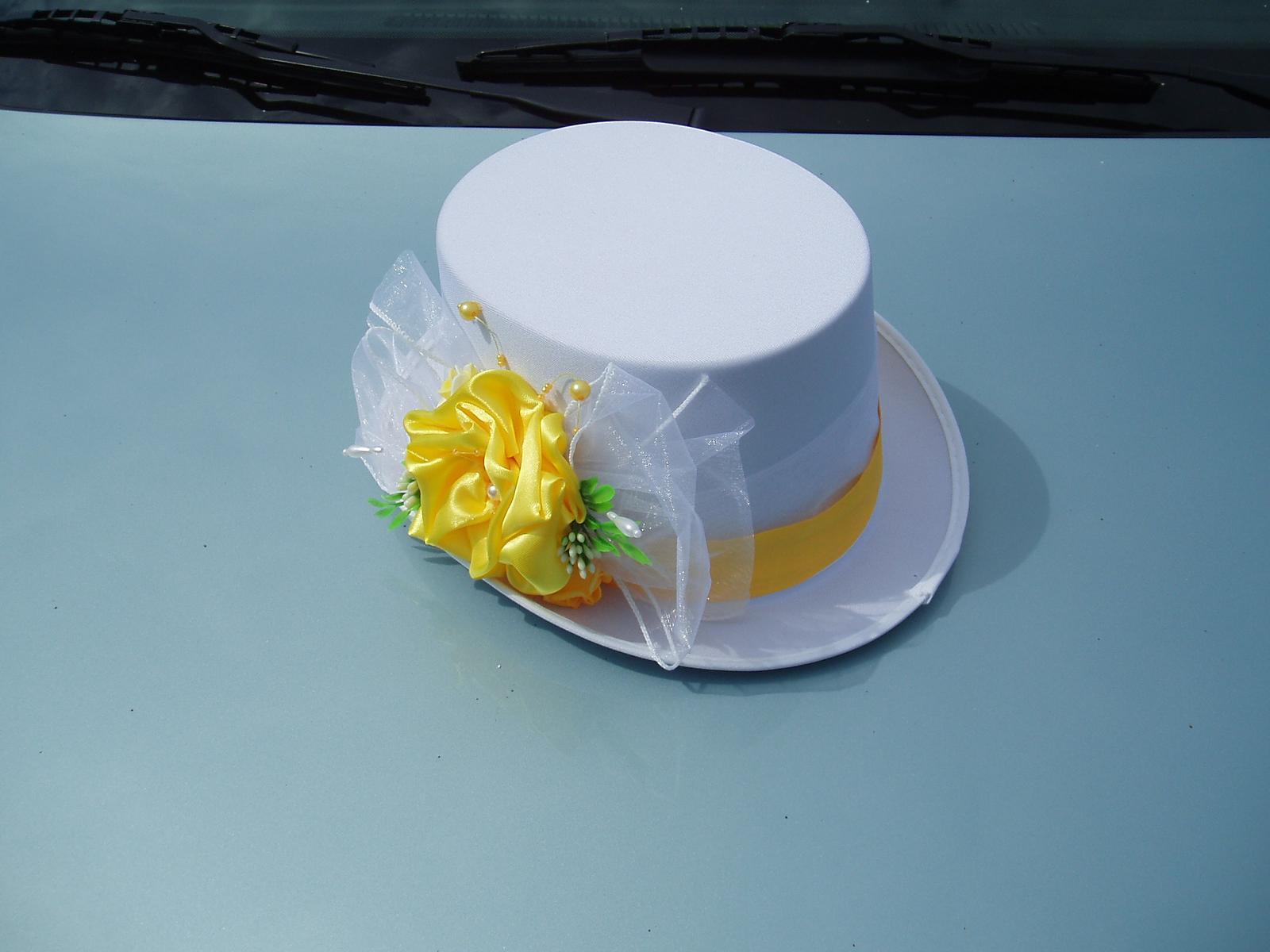 Svatební dekorace - bílý cylindr zdobený žlutou barvou