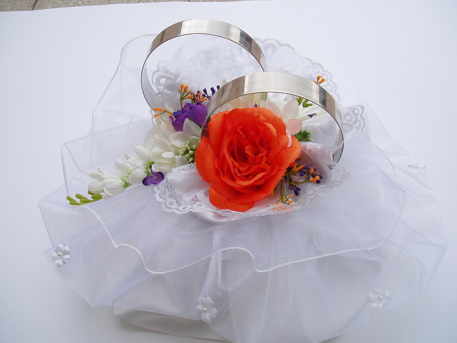 Svatební dekorace - prstýnky na auto-barva zdobení na přání