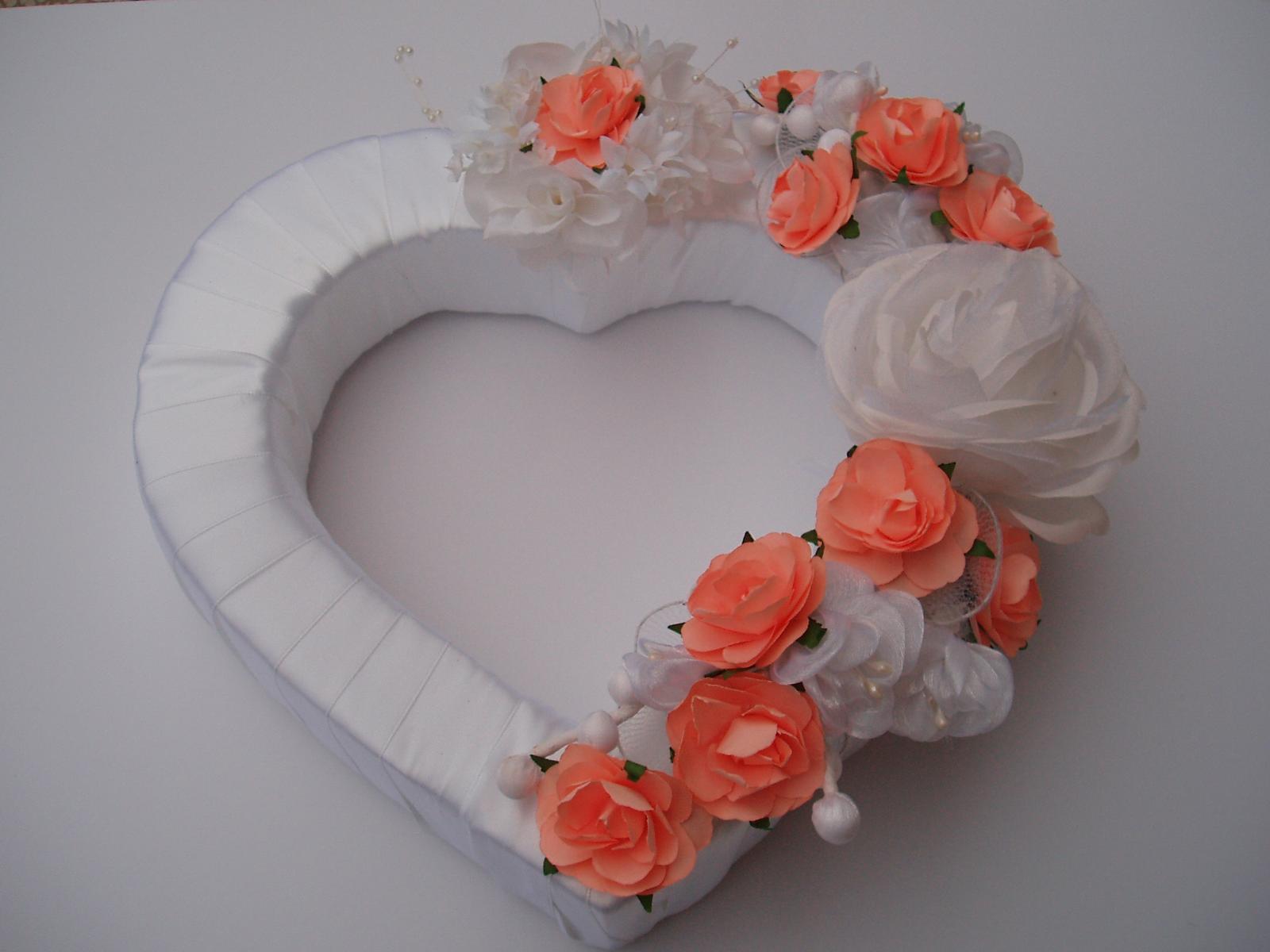 Svatební dekorace - srdce na auto-lososové